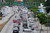 SÃO PAULO-SP-27,09,2014-TRÂNSITO EUSÉBIO MATOSO-<br /> O motorista enfrenta lentidão na Avenida Eusébio Matoso sentido bairro .Região Oeste da cidade de São Paulo,na tarde de Sábado,27(Foto:Kevin David/Brazil Photo Press)