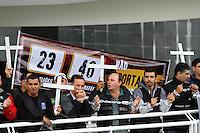 CURITIBA, PR, 22.10.2014 - AGENTES PENITENCIÁRIOS / ATO PÚBLICO / CURITIBA -  após ato em frente a sede do Governo do Paraná, agentes penitenciários realizam manifestação  no Palácio das Araucária na manhã desta quarta-feira (22), no bairro Centro Civico, em Curitiba. O ato da manifestação é protestar contra rebeliões, a falta de segurança no Sistema Penitenciário do Paraná e a atual gestão que administra as unidades no Estado, cerca de 200 trabalhadores penais de todo estado participam da manifestação. (Foto: Paulo Lisboa / Brazil Photo Press)