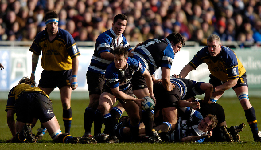 Photo: Richard Lane..Bath Rugby v Leinster. Heineken Cup. 08/01/2005..Nick Walshe passes the ball.