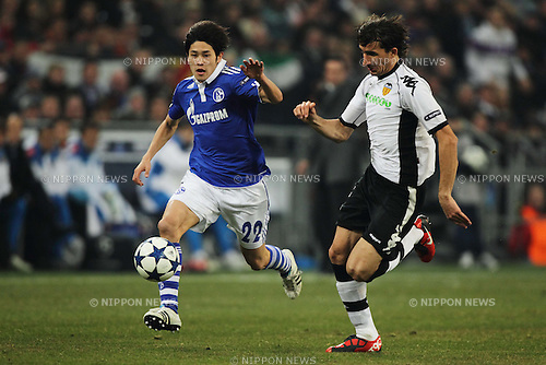 Atsuto Uchida (Schalke), Mehmet Topal (Valencia), MARCH 9, 2011 - Football : UEFA Champions League Round of 16, 2nd leg match between FC Schalke 04 3-1 Valencia CF at Veltins Arena in Gelsenkirchen, Germany. (Photo by AFLO)