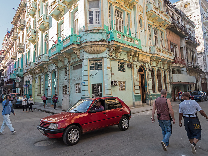 New car and old buildings, La Habana Vieja