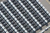 Sattelzugmaschine: EUROPA, DEUTSCHLAND, HAMBURG, (EUROPE, GERMANY), 14.01.2012 Ein Sattelzug ist ein Gespann aus einer Sattelzugmaschine (auch Sattelschlepper genannt), die technisch in der Regel auf einem Lkw-Fahrgestell basiert, und einem Sattelauflieger (auch Sattelaufleger, Sattelanhänger, Bruecke, Auflieger oder Trailer genannt), das im offiziellen Sprachgebrauch Sattelkraftfahrzeug genannt wird. Die Bezeichnung Sattelzug ist für solche Kraftfahrzeuge in Deutschland nur umgangssprachlich, in Oesterreich ist es aber die gesetzliche Bezeichnung fuer die Kombination aus Sattelzugmaschine und Sattelauflieger.] Bei einem Sattelkraftfahrzeug handelt es sich also um die Kombination einer kurzen Lkw-Zugmaschine mit Fahrerhaus, Lenk- und Antriebsachse, Motor und Getriebe, auf deren kurzen Rahmen eine Sattelkupplung zur Befestigung des Sattelaufliegers aufgeschraubt ist.