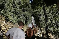Touristen an den Trafalgar Falls im Regenwald von Dominica