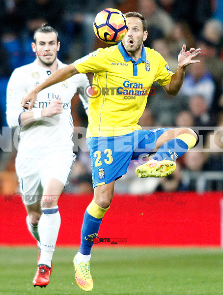 Real Madrid's Gareth Bale (l) and UD Las Palmas' Dani Castellano during La Liga match. March 1,2017. (ALTERPHOTOS/Acero) /NORTEPHOTOmex