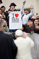 Vaticano, 26 Marzo, 2014. Fedeli in piazza san pietro salutano al passaggio di Papa Francesco.