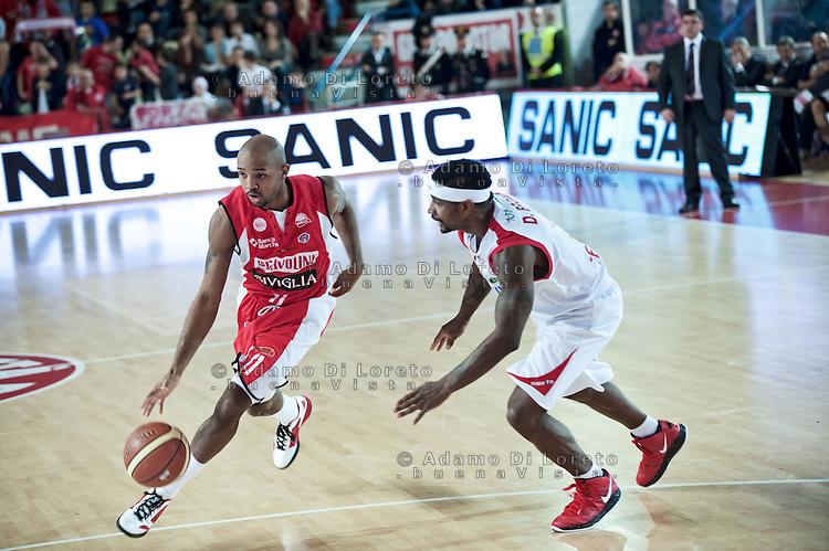 Teramo 04-12-2011 Campionato di Lega A1 Basket 2011/2012: TERAMO BASKET VS SCAVOLINI SIVIGLIA TERAMO. IN FOTO DA SINISTRA HICKMAN RICHARD DEL PESARO A DESTRA BROWN DANIEL DEL TERAMO