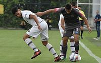 BOGOTÁ -COLOMBIA, 05-11-2017: Santiago Roa (Der) de Tigres FC disputa el balón con Micheal Nike Gomez (Izq) de Envigado FC durante partido por la fecha 19 de la Liga Águila II 2017 jugado en el estadio Metropolitano de Techo de la ciudad de Bogotá. / Santiago Roa (R) player of Tigres FC fights for the ball with Micheal Nike Gomez (L) player of Envigado FC during the match for the date 19 of the Aguila League II 2017 played at Metropolitano de Techo stadium in Bogota city. Photo: VizzorImage/ Gabriel Aponte / Staff