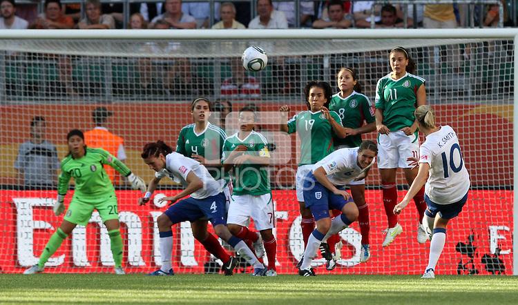 Wolfsburg , 270611 , FIFA / Frauen Weltmeisterschaft 2011 / Womens Worldcup 2011 , Gruppe B  ,  .England - Mexico .Mauer Mexico hält den Schuss von Kelly Smith (England) ab .Foto:Karina Hessland .