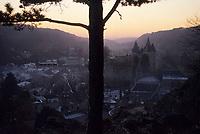 Europe/Belgique/Wallonie/Province de Liège/Durbuy : Soleil couchant sur le village et le château