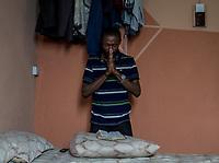 160 nigerianische Migranten kamen am 12.7.2018 aus Libyen in Lagos, Nigeria an. Unter ihnen Isaac U. (29) aus Lagos. Hier ist er in der Wohnung seines Bruders in Lagos, wo er vorerst untergekommen ist.