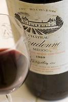 Europe/France/Aquitaine/33/Gironde/Saint-Yzans-de-Médoc: Château  Loudenne, Médoc Cru Bourgeois  Service du vin  Chateau Loudenne 1989 dans la salle à manger pour un repas de réception lors des vendanges
