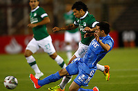 SANTIAGO-CHILE -19-02-2014. El jugador de O'Higgins Cesar Fuentes, derecha, disputa el balon con Robin Ramirez de Deportivo Cali  durante el partido de segunda fase, grupo 3 de la Copa Libertadores de America en el estadio Monumental de Santiago, Chile./ O'Higgins player Cesar Fuentes, right, battles for the ball against Robin Ramirez of Deportivo Cali during the second phase, group 3 of the Copa Libertadores championship football match held at Monumental stadium in Santiago, Chile.   Photo: VizzorImage/ Marcelo Hernandez /Photosport