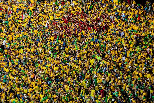 Hinchas colombiano animan desde la tribuna antes del partido de cuartos de final  que Colombia perdi&oacute; contra Brasil 2 a 1 en el estadio Castelao  en Fortaleza, el 4  de julio de 2014.<br /> <br /> Foto: Joaquin Sarmiento/Archivolatino<br /> <br /> COPYRIGHT: Archivolatino<br /> Solo para uso editorial. No esta permitida su venta o uso comercial.