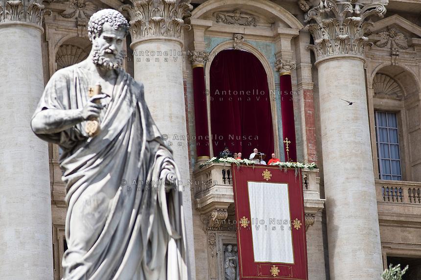 Papa Francesco dalla loggia della Basilica di San Pietro impartisce la benedizione Urbi et orbi ai fedeli.