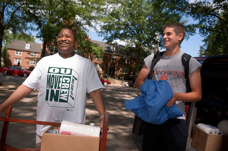 18352President McDavis greeting students during the freshman move in on Friday, August 31, 2007...President McDavis & Brian Doyle