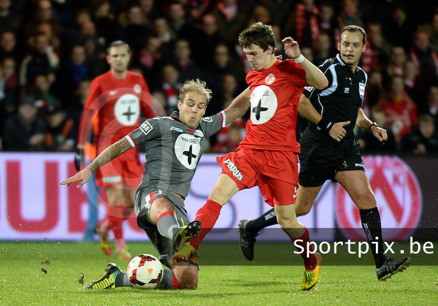 KV Kortrijk - Standard Luik : Yoni Buyens (links) met de tackle op de voet van Benito Raman (rechts)<br /> foto VDB / Bart Vandenbroucke