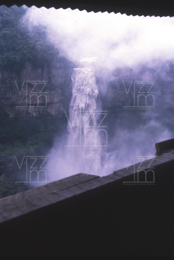 SOACHA-COLOMBIA-06-03-2003. El Salto del Tequendama es una cascada natural de Colombia, ubicada en el municipio de Soacha en el Departamento de Cundinamarca. Está ubicada a aproximadamente 30 km al suroeste de Bogotá. The Tequendama Falls  is a natural waterfall of Colombia, located in the municipality of Soacha in deCundinamarca Department. It is located about 30 km southwest of Bogota. (Photo: VizzorImage/Luis Ramirez).......................
