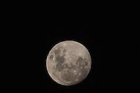 SAO PAULO, SP, 16.12.2013 - LUA CHEIA / SAO PAULO - Lua cheia e vista a partir da cidade de Sao Paulo na madrugada desta segunda-feira, 16. (Foto: William Volcov / Brazil Photo Press).