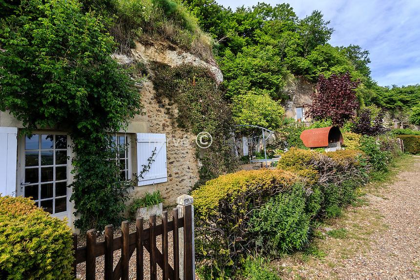France, Loir-et-Cher (41), Trôo, sentier au niveau des maisons troglodytes // France, Loir et Cher, troo, path at the level of the cave houses