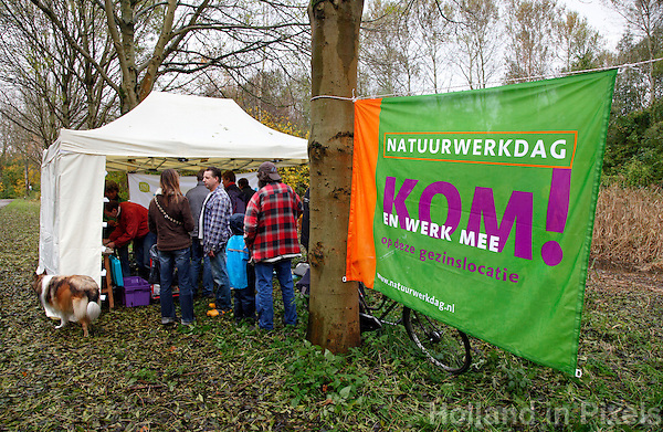 Landelijke natuurwerkdag. Vrijwilligers werken in de natuur