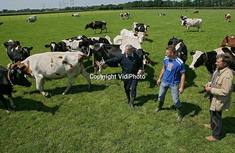Foto: VidiPhoto..HEMMEN - Er dreigt een tekort aan melkveehouders in Nederland. Sven Wiggelo uit Hemmen laat woensdag een proeve van bekwaamheid zien op de melkveehouderij van de familie Brons VOF uit Hemmen. Volgens vakexaminator Johan den Hartog (l.) van het Helicon College in Geldermalsen dreigt er echter een groot tekort aan melkveehouders. Hoewel het aantal melkveehouderijen krimpt van 22.000 nu naar 12.000 in 2014, zijn er te weinig opvolgers voor deze bedrijven. Per jaar zijn er zo'n 400 studenten nodig, terwijl er zich maar 300 aanmelden. Sinds dit jaar is op een aantal Middelbare Agrarische Scholen de Proeve van Bekwaamheid ingevoerd. Vroeger was de schoolcomponent voldoende om te slagen. Tegenwoordig moeten ze naast theorie ook in de praktijk aan bepaalde eisen voldoen.