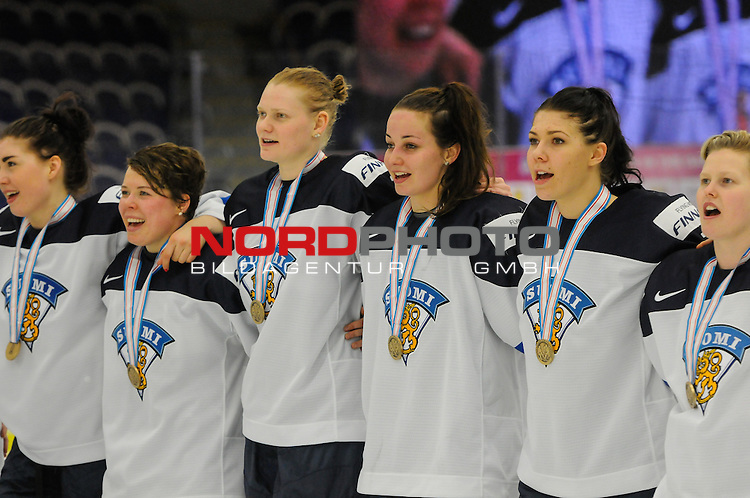 04.04.2015, Malm&ouml; Ishall, Malm&ouml; , SWE, IIHF Eishockey Frauen WM 2015, Finnland  (FIN) vs Russland (RUS), im Bild, Finnland wird Dritter der WM, die finnische Hymne wird gespielt, Susanna TAPANI (#77, FIN) 3vr,<br /> <br /> <br /> ***** Attention nur f&uuml;r redaktionelle Berichterstattung *****<br /> <br /> Foto &copy; nordphoto / Hafner