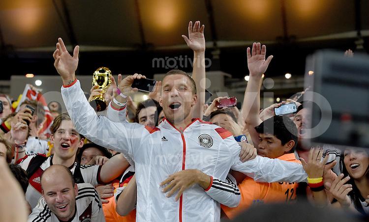 FUSSBALL WM 2014                       FINALE   Deutschland - Argentinien     13.07.2014 DEUTSCHLAND FEIERT DEN WM TITEL: Lukas Podolski jubelt mit den Fans