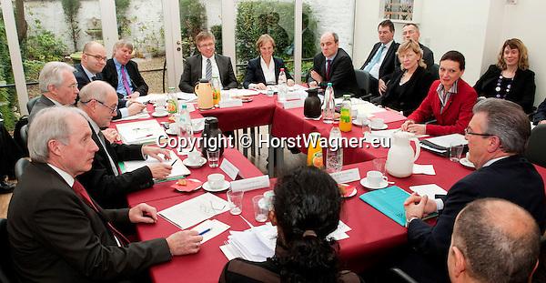 Bruessel-Belgien - 24. Januar 2012 -- Norddeutsche Wissenschaftsminister tagen erstmals in Bruessel - .die Sondersitzung der NWMK (Norddeutsche Wissenschaftsministerkonferenz) ist ein Beitrag Norddeutschlands zu den Beratungen um die Meeres- und Maritime Forschung im Horizon2020 Programm sowie den Foerderthemen des Europaeischen Instituts fuer Innovation und Technologie. Sie weist auf die Bedeutung der Ozeane fuer unsere Zukunft hin und verdeutlicht, dass Deutschland bei ihrer Erforschung eine tragende Rolle spielt. KDM (Konsortium Deutsche Meeresforschung) buendelt wissenschaftliche und technische Kompetenzen Deutschlands im Bereich der Meeresforschung - betont aber auch deren Interessen; hier, unter dem turnusmaessigen Vorsitz Bremens, in der Vertretung der Freien Hansestadt Bremen bei der Europaeischen Union, vlnr (Tischordnung) 1-11:  1- Christian BRUNS, Leiter Vertretung der Freien Hansestadt Bremen bei der EU; 2- Dr. Thomas BEHRENS, Abteilungsleiter im Ministerium fuer Bildung, Wissenschaft und Kultur, Mecklenburg-Vorpommern; 3-  Dr. Josef LANGE, Staatssekretaer im Ministerium fuer Wissenschaft und Kultur, Niedersachsen; 4- Ruediger EICHEL, Niedersachsen; 5- Dr. Walter DOERHAGE (Dörhage), Freie Hansesstadt Bremen; 6- Dr. Joachim SCHUSTER, Staatsrat bei der Senatorin fuer Bildung, Wissenschaft und Gesundheit, Bremen; 7- Prof. Dr. Karin LOCHTE, Vorsitzende Konsortium Deutsche Meeresforschung; 8- Jan-Stefan FRITZ, PhD, Buero Bruessel, Konsortium Deutsche Meeresforschung;9- Dr. Dorothee STAPELFELDT, Senatorin der Behoerde für Wissenschaft und Forschung, Hamburg; 10- Dr. Cordelia ANDRESSEN (Andreßen), Staatssekretaerin fuer Wissenschaft, Wirtschaft und Verkehr, Schleswig-Holstein; 11- Dr. Rudolf STROHMEIER, Stv. Generaldirektor, GD Forschung, Wissenschaft und Innovation in der EU-Kommission; -- Photo: © HorstWagner.eu