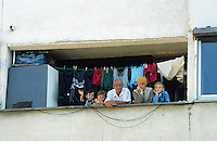 Yugoslavia. Kosovo. Pristina. Family life. The family ( mother, father and three children) stands outside of the a flat on the balcony. Clothes are drying on a rope. © 2001 Didier Ruef