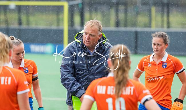 BLOEMENDAAL - coach Jeroen Visser (Bldaal)  tijdens de oefenwedstrijd  dames  Bloemendaal-Pinoke.  COPYRIGHT KOEN SUYK