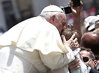 Papa Francesco bacia un bambinoi al termine dell'udienza generale del mercoledi' in Piazza San Pietro, Citta' del Vaticano, 6 giugno, 2018.<br /> Pope Francis kisses a child as he leaves at the end of his weekly general audience in St. Peter's Square at the Vatican, on June 6, 2018.<br /> UPDATE IMAGES PRESS/Isabella Bonotto<br /> <br /> STRICTLY ONLY FOR EDITORIAL USE