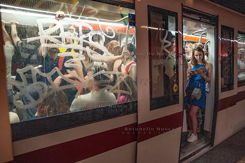 Un vagone della metropolitana durante l'ora di punta.<br /> Underground coach