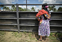 VILLAVICENCIO - COLOMBIA. 13-10-2018: Una mujer observa durante el 22 encuentro Mundial de Coleo en Villavicencio, Colombia realizado entre el 11 y el 15 de octubre de 2018. / A woman watches during the 22 version of the World  Meeting of Coleo that takes place in Villavicencio, Colombia between 11 to 15 of October, 2018. Photo: VizzorImage / Gabriel Aponte / Staff