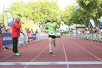 Martin Skalsky kommt als erster über die Ziellinie - 4. OPEL Firmenlauf, Stadion am Sommerdamm