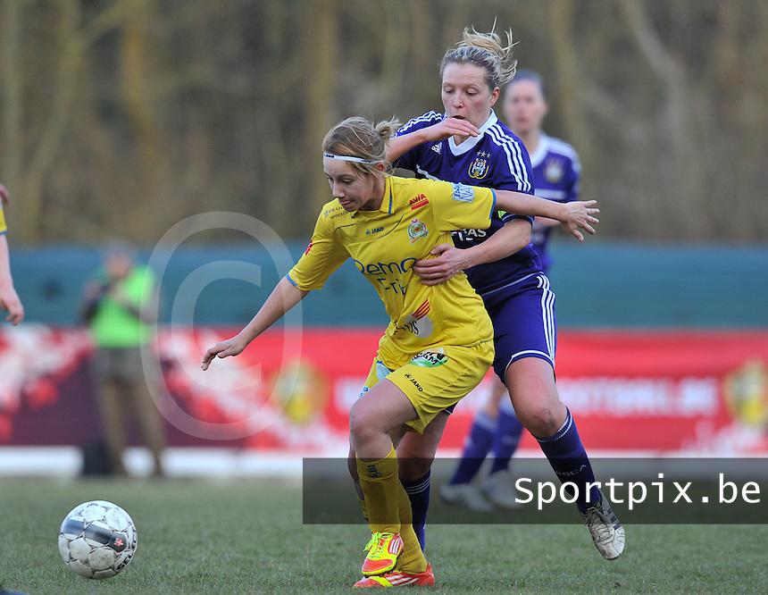 Waasland Beveren Sinaai Girls - RSC Anderlecht : Stephanie Ehlen schermt de bal af voor Sophie Mannaert.foto DAVID CATRY / Nikonpro.be