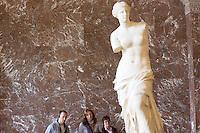 Parigi: visitatori nel museo del Louvre davanti la Venere di Milo<br /> <br /> Paris: Venus de Milo at Louvre Museum