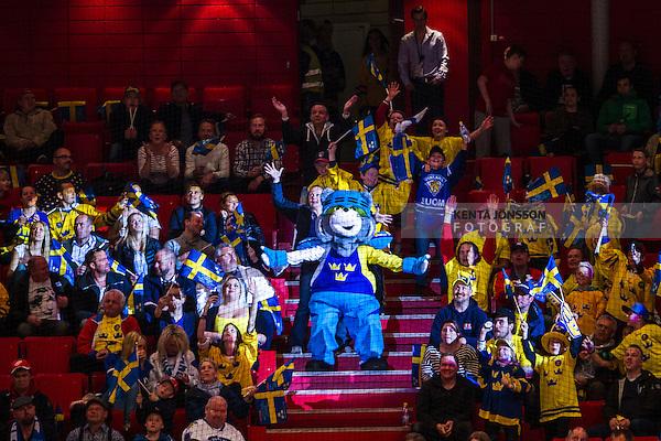 Stockholm 2014-05-03 Ishockey Oddset Hockey Games  Sverige - Finland :  <br /> Sveriges maskot bland publiken under matchen<br /> (Foto: Kenta J&ouml;nsson) Nyckelord:  Oddset Hockey Games Sverige Swe Tre Kronor Finland Fin Globen Ericsson Globe Arena supporter fans publik supporters maskot glad gl&auml;dje lycka leende ler le