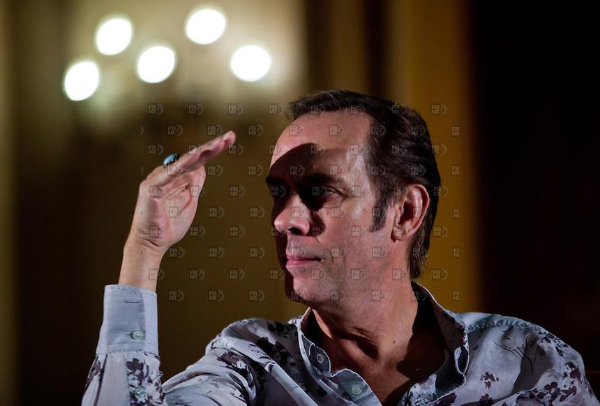 CIUDAD DE M&Eacute;XICO, DF. Agosto 06, 2013.- El cantante britanico, Peter Murphy, en conferencia de prensa en el Teatro Metrop&oacute;litan de la Ciudad de M&eacute;xico. Donde celebrar&aacute; 35 a&ntilde;os de su antigua banda Bauhaus.     FOTO: ALEJANDRO MEL&Eacute;NDEZ<br /> <br /> MEXICO CITY, DF. August 6, 2013.- British singer Peter Murphy, at a press conference at the Teatro Metropolitan Mexico City. Where to celebrate 35 years of his old band Bauhaus. PHOTO: ALEJANDRO MELENDEZ