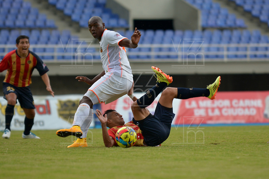 PEREIRA -COLOMBIA-04-10-2014. Diego Alvarez (Der) jugador Aguilas Pereira disputa el balón con un jugador (Izq) de Envigado FC en partido por la fecha 13 de la Liga Postobon II 2014 jugado en el estadio Hernán Ramírez Villegas de Pereira./ Diego Alvarez (R) player of Aguilas Pereira fights the ball with a player (R) of  Envigado FC for the 13th date of the Postobon League II 2014 played at Hernan Ramirez Villegas of Pereira city.  Photo:VizzorImage/ CONT