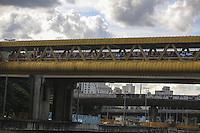 SAO PAULO, SP, 12 DE MARCO 2013 - CADAVER NO RIO TAMANDUATEÍ - Pessoas acompanham retirada de corpo de um cadaver masculino com inicio de decomposição é retirado do Rio Tamanduatei por homens do Corpo de Bombeiros na região central da cidade de São Paulo nesta terça-feira. 12. FOTO: WILLIAM VOLCOV - BRAZIL PHOTO PRESS.