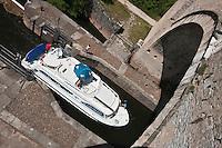 Europe/Europe/France/Midi-Pyrénées/46/Lot/Cahors: Navigation fluviale dans la  vallée du Lot ,Pénichette passant l'écluse du  Pont Valentré