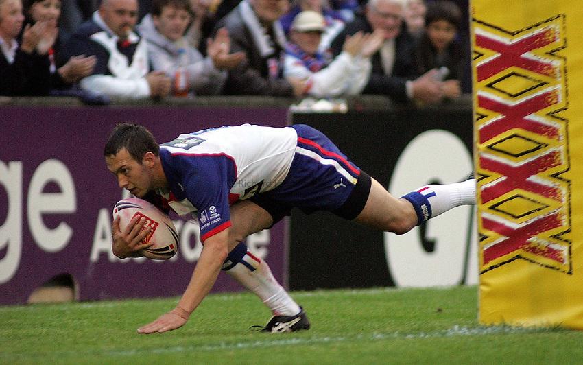 Photo: Paul Thomas..Great Britain v New Zealand. XXXX Test Match. 27/06/2006..Danny McGuire of Great Britian scores.