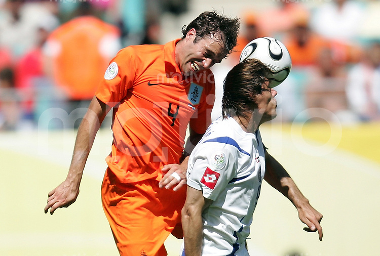 Fussball WM 2006  Gruppenspiel  Vorrunde Gruppe C Serbien Montenegro - Holland  Joris MATHIJSEN (NED) gegen Savo MILOSEVIC (SCG)