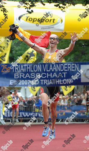 2007-06-24 / Triathlon / Europees kampioenschap triathlon Brasschaat / Elite Male / Frederik Van Lierde bereikt de finish en wint het Europees Kampioenschap