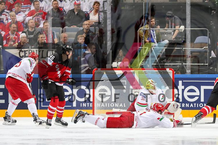 Belarus Stasenko, Nikolai (Nr.5)(Severstal Cherepovets) schmeisst sich in den Schuss vor Belarus Lalande, Kevin (Nr.35)(CSKA Moscow)  im Spiel IIHF WC15 Canada vs. Belarus.<br /> <br /> Foto &copy; P-I-X.org *** Foto ist honorarpflichtig! *** Auf Anfrage in hoeherer Qualitaet/Aufloesung. Belegexemplar erbeten. Veroeffentlichung ausschliesslich fuer journalistisch-publizistische Zwecke. For editorial use only.