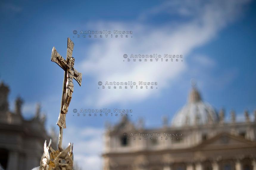 Città del Vaticano, 24 Febbraio, 2013. Un crocifisso in Piazza San Pietro.