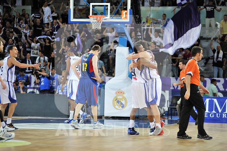 los jugadores madridistas se abrazan al término del encuentro.