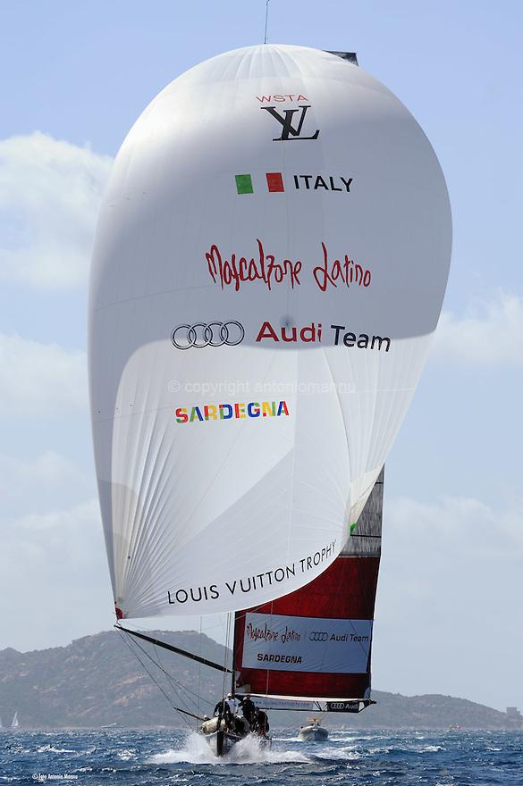 Louis Vuitton Trophy La Maddalena 2 giugno 2010. Mascalzone Latino naviga sotto spi durante una regata con i britannici di Team Origin. Sullo sfondo Capo d'Orso
