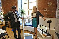 Wissenschaftsminister Boris Rhein wird von Dekanin Prof. Dr. Ruth Stock-Homburg (TU Darmstadt) das Amazon Echo System mit Sprachsteuerung Alexa erklärt