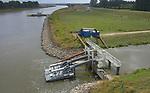 Foto: VidiPhoto<br /> <br /> DOORNENBURG &ndash; Waterschap Rivierenland doet er op dit moment alles aan om zoveel mogelijk water in het gebied te brengen en te houden. Op verschillende plekken is aanvullende bemaling geplaatst. Omdat de Betuwe het water via de Linge krijgt, is bij het gemaal de Pannerling in Doornenburg -vanwege de lage waterstand van het Pannerdens Kanaal- een mobiel gemaal geplaatst. Daardoor kan er net zoveel water de Linge ingepompt worden als tijd niet-droge periodes.